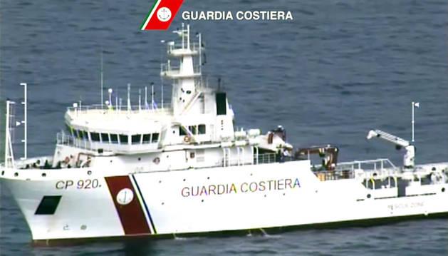Un buque de la Guardia Costera, en labores de rescate.