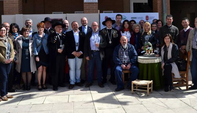 Invitados en el escenario creado para la ocasión por la asociación de belenistas de Andosilla.