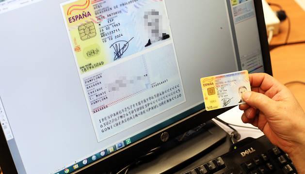 Una persona escanea el DNI para tenerlo digitalizado.