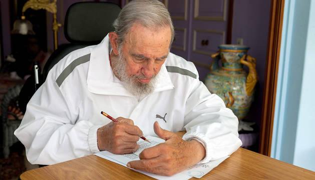 Fidel Castro rellena su papeleta.