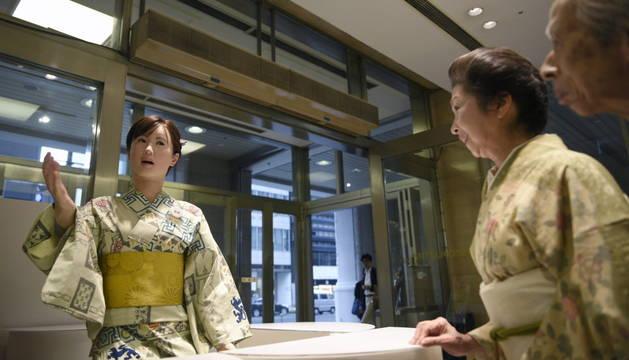 El androide Aiko Chihira, en la recepción de los grandes almacenes Mitsukoshi.