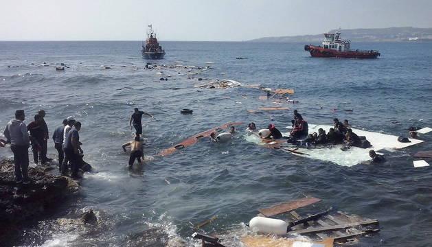 Inmigrantes indocumentados llegan a la playa de Zefyros en Rodas (Grecia).