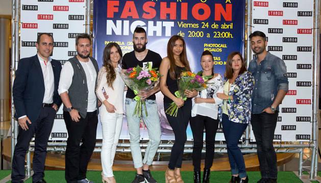 De izquierda a derecha, Nacho Sibón, Iker Beroiz, Silvia Zudaire, los ganadores, Eugenia y Carmen Oiz y Héctor Tello.