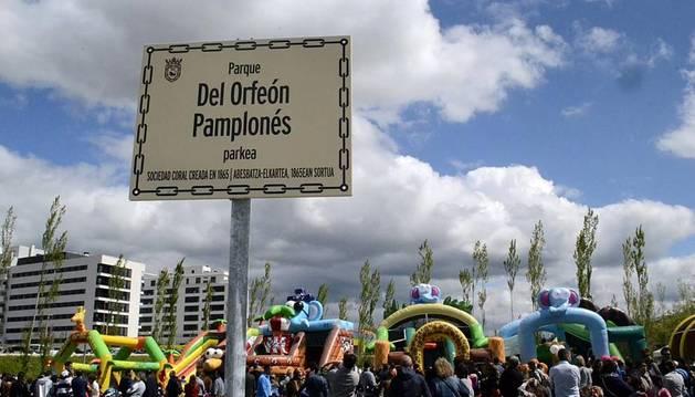 Placa del nuevo parque del Orfeón Pamplonés.
