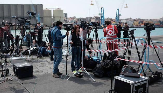 Expectación en el puerto de Catania, en Sicilia.