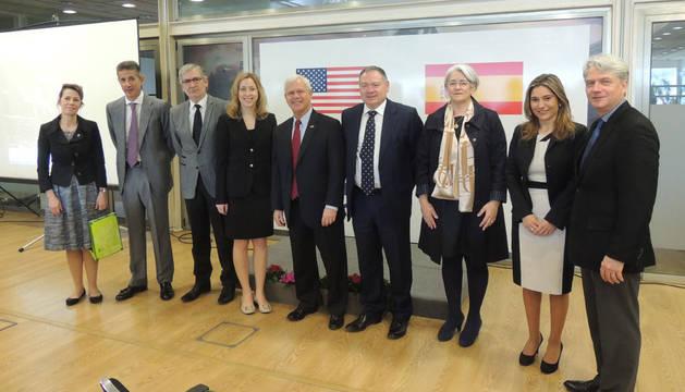 En el centro, Reed Hall, Javier Lázaro y Lourdes Goicoechea, acompañados por otros directivos de SIC Lázaro y miembros de la delegación norteamericana
