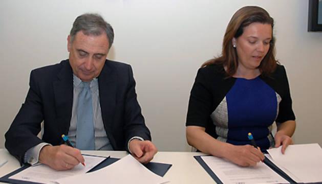 José Antonio Sarría y Ana Díez Fontana, durante la firma.