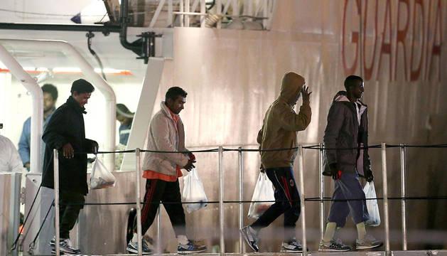 Inmigrantes supervivientes de los recientes naufragios, en Catania.