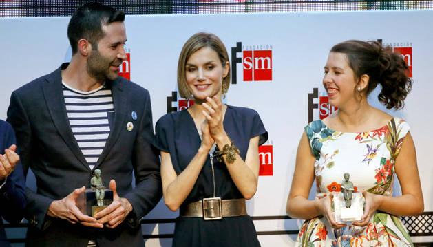 Los escritores ganadores, junto a la reina Letizia.