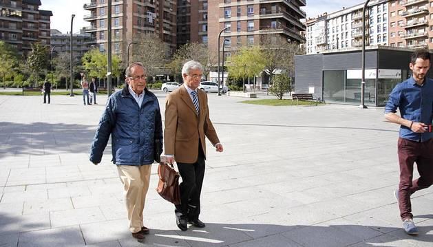 Ángel Vizcay entra con su abogado, Juan María Zuza.