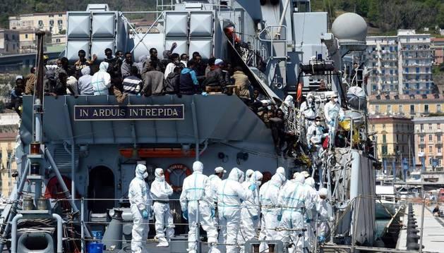 Cerca de 545 inmigrantes llegan a bordo del buque