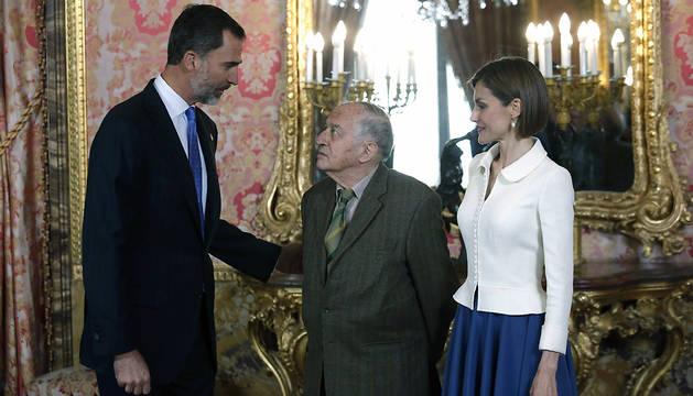 Los Reyes conversan con el último Premio Cervantes, Juan Goytisolo.