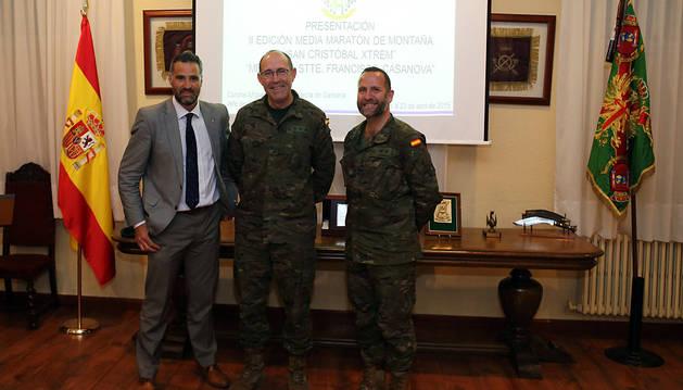 Pruden Induráin, el coronel Miguel Ballenilla y el teniente coronel Félix D. Vaquerizo, en el acto de ayer.