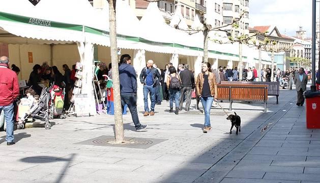 Pamplona celebra el Día del Libro, con los puestos de las librerías instaladas en la Plaza del Castillo.