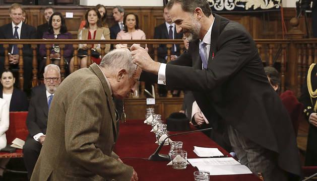 El Rey entrega el galardón a Juan Goytisolo.