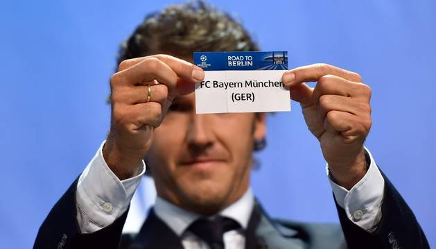 Un empleado de la UEFA muestra la papeleta
