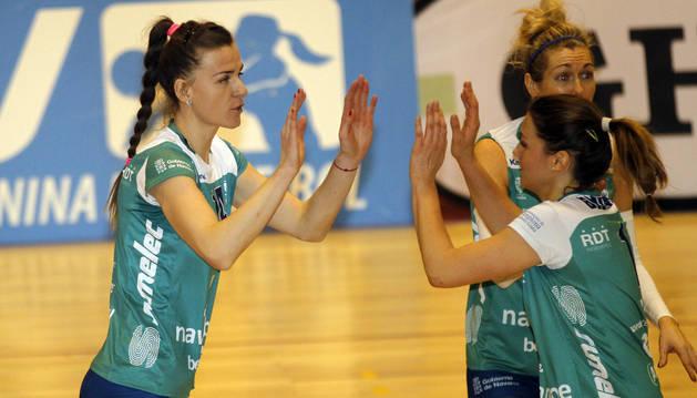 Danijela Nikic y Silvia Bedmar se felicitan tras un tanto.