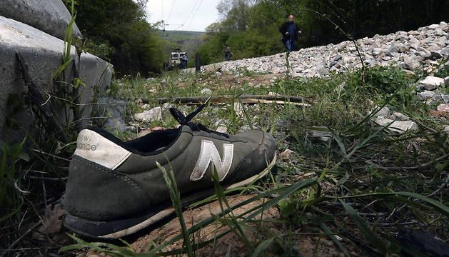 Una zapatilla, en la zona en la que ocurrió el suceso.