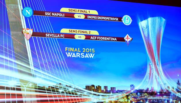 Pantalla con los partidos de semifinales de la Liga Europa.