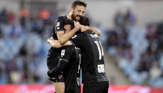 Los jugadores del Levante celebran el único gol del partido.