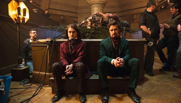 Daniel Radcliffe y James McAvoy, en el rodaje de 'Victor Frankenstein'.