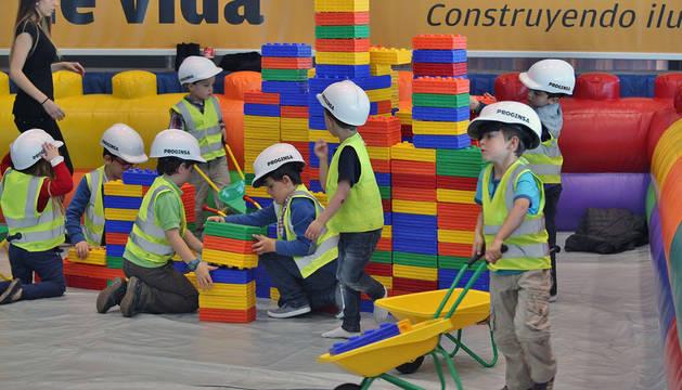 Un grupo de niños se divierte construyendo con ladrillos de colores, ayer por la mañana en Baluarte.