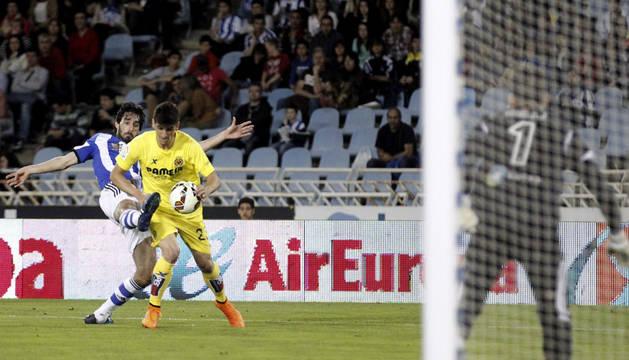 El defensa de la Real Sociedad, Carlos Martínez, lucha un balón con Gerard Moreno, del Villarreal.