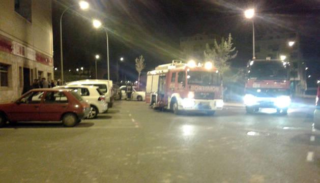 Camiones de bomberos que acudieron a sofocar el fuego en Tuvinyco, a la izda. de la imagen.