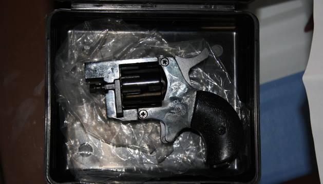 Una de las armas incautadas en la operación de la Guardia Civil.