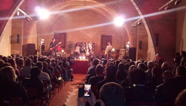 Una imagen de la actuación de El Drogas en Viana, en un concierto con lleno absoluto.