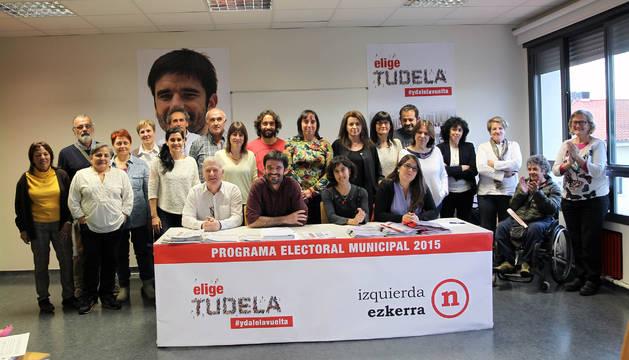 Los miembros de la candidatura de I-E al Ayuntamiento de Tudela, durante la presentación del programa.