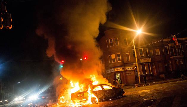 Baltimore declara el toque de queda en un jornada de saqueos y caos