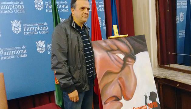 El pamplonés Javier Erice junto a su cartel, 'Kilikón'.