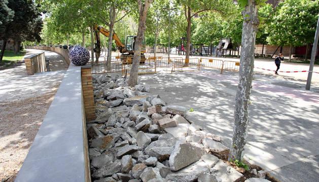 Al fondo, una excavadora levanta parte del pavimento del paseo del Queiles para su renovación.