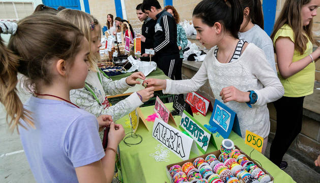El rastro, con los objetos aportados por los alumnos y sus familias a la venta en el gimnasio escolar.