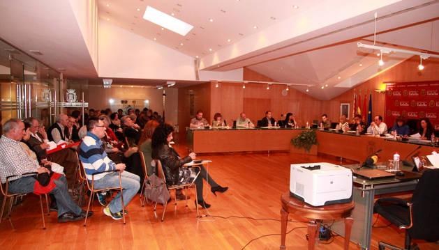 El salón de plenos del Ayuntamiento de Tafalla, ayer, abarrotado de público.