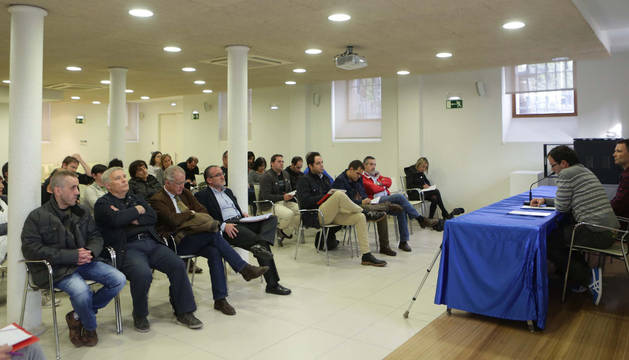 Iosu Martínez de Treviño Ancín y José Ramón Cubero Ferreiro, en la mesa, durante su intervención ante las autoridades locales.