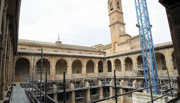 Vista general del claustro del Monasterio de Fitero, con los andamios colocados en las diversas alas que rodean al patio central.