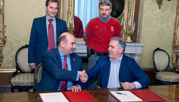 El consejero Morrás y el alcalde Irisarri se dan la mano en presencia de Fernández y Zunzarren.