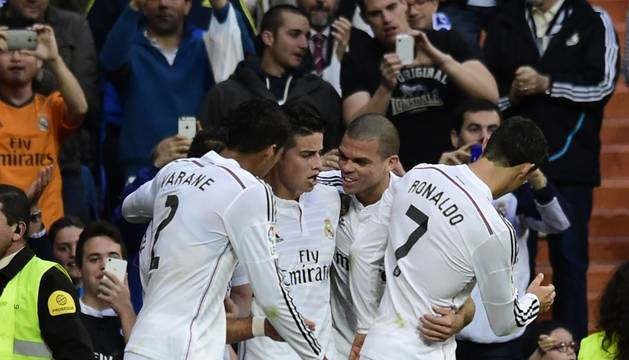 Varane, Pepe y Cristiano felicitan a James.