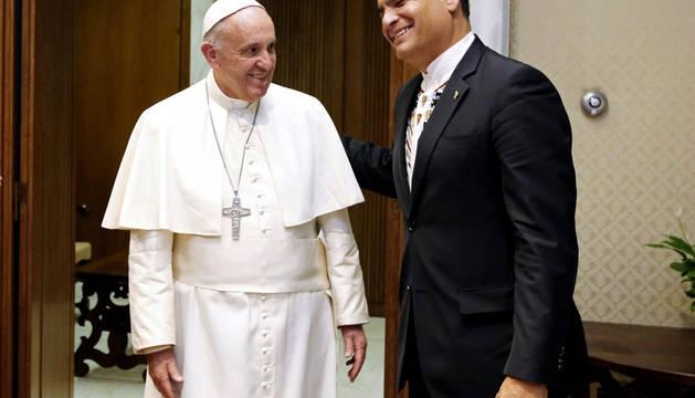 El Papa Francisco bromea: