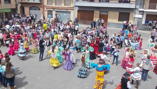 Los bailes de sevillanas fueron protagonistas a lo largo del día, en el que participaron grupos rocieros de Navarra, Aragón, La Rioja y País Vasco.