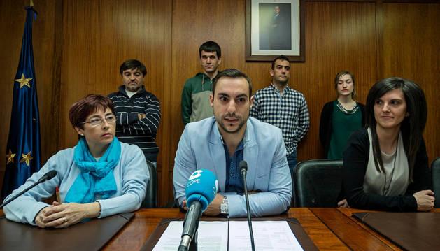 Javier Sanz de Galdeano junto a Jerusalén Lorea (izquierda), de los donantes, y otros compañeros representantes de la juventud junto a los que detalló los actos de ese fin de semana previo al 25 de mayo.