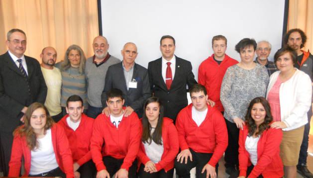Los participantes, con sudadera roja, junto con sus profesores-preparadores y técnicos de Educación.
