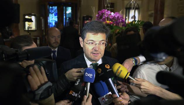 El ministro de Justicia, Rafael Catalá, atiende a los medios.