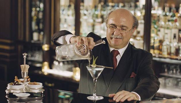 Un cóctel de fresa, vodka y menta preparado por una leyenda viva de la alquimia con alcoholes, William Oliveri.