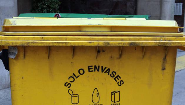 Un contenedor amarillo para envases.