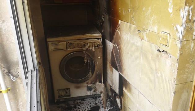 Estado en el que quedó la lavadora tras el incendio.