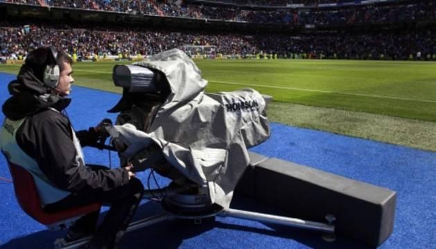 Un cámara de televisión, en el Santiago Bernabéu.
