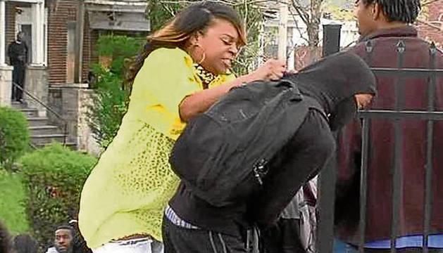 Toya Graham saca a su hijo de los disturbios.